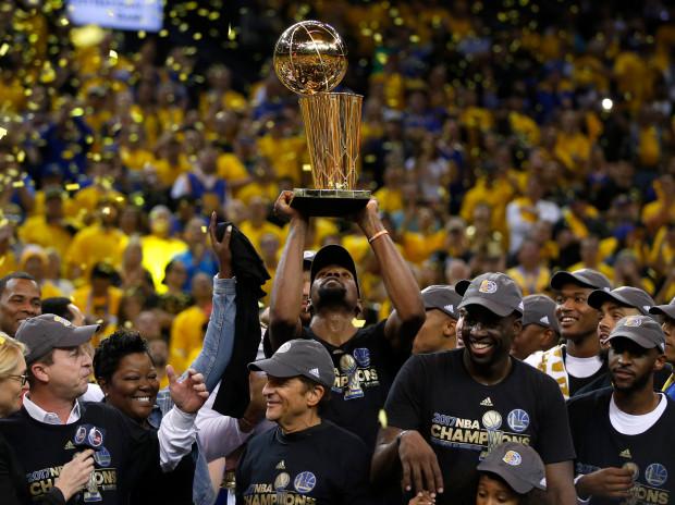 Les Golden State Warriors de San Francisco avec le trophée de la NBA en 2017